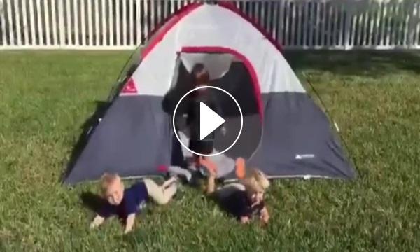Çadırdan çıkarken domino taşı gibi devrilen çocuklar